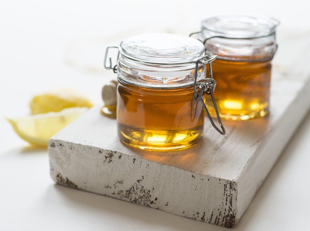 Honig auf Holzbrett
